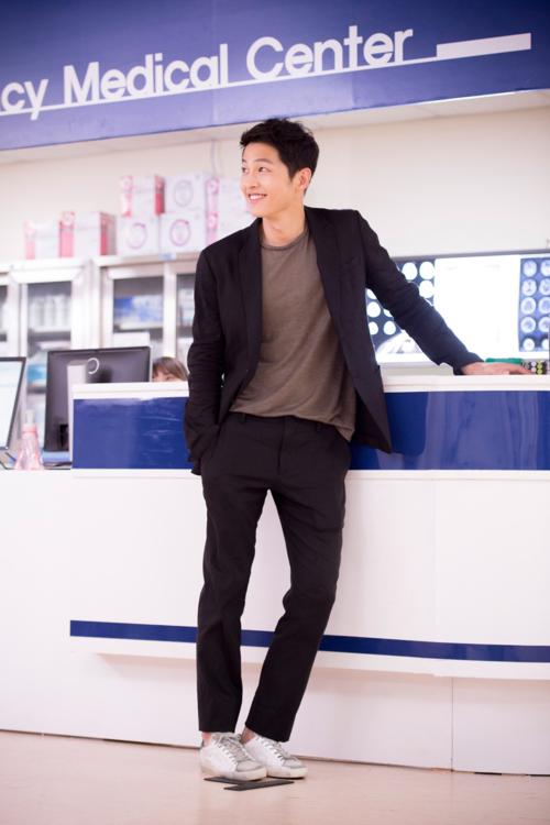 Giày bẩn cũng được nhiều ngôi sao trên thế giới ưa chuộng, trong đó có  Soong Joong Ki. Anh mê mẩnđôi giày bẩn có giá 11,6 triệu đồng của Golden Goose.