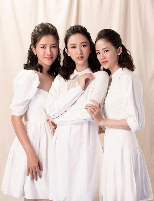 Hà Trang (phải), Mỹ Linh (trái) là hai cô em gái xinh xắn của Á hậu Hà Thu. Hà Trang kém Hà Thu 1 tuổi, hiện làm nhân viên văn phòng. Hà Thu chia sẻ, em gái liền kề là người chín chắn, nữ tính và quán xuyến mọi công việc gia đình. Còn em gái út của Hà Thu là Mỹ Linh, cô cá tính, bốc đồng và mạnh mẽ nhất trong ba chị em. Mỹ Linh kém Hà Thu 4 tuổi, vừa ra trường và sắp sửa trở thành một tiếp viên hàng không.
