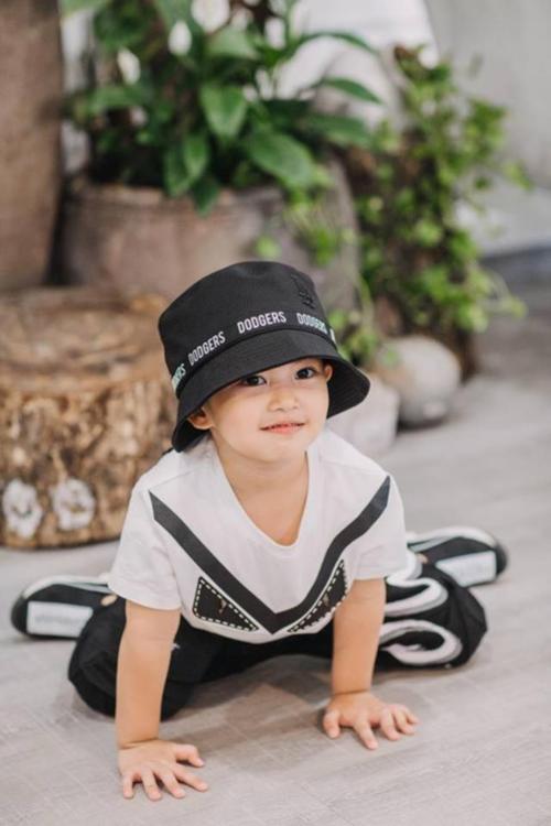 Mẫu áo phông Fendi mà Kubi diện có giá khoảng 4,6 triệu đồng. Chiếc mũi dodgers bucket có giá 200 nghìn đồng của một thương hiệu bình dân cũng được bố mẹ Minh Cường mix & match ăn nhập.