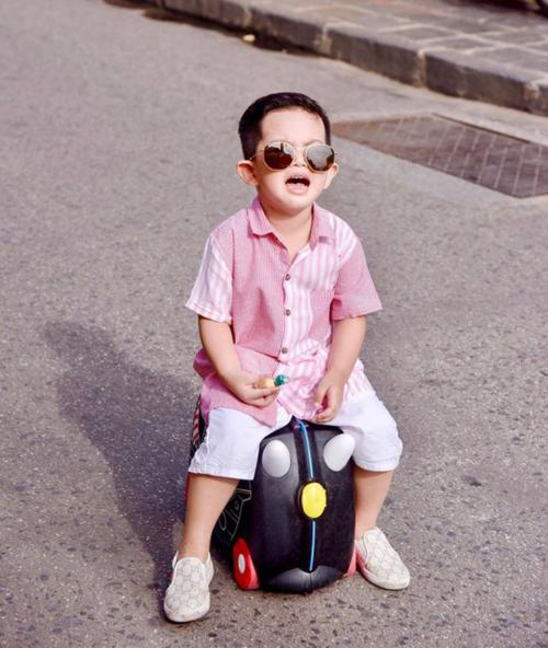 Cậu bé đeo kính mắt sành điệu như fashionista.