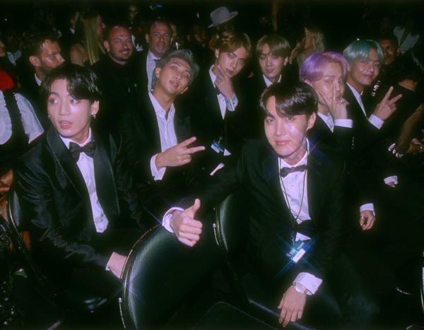 Bức ảnh BTS này được chụp tháng 2/2019 nhưng ở phiênbản chỉnh sửa của fan, nó giống như một khoảnh khắc cách đây nhiều thập kỷ.