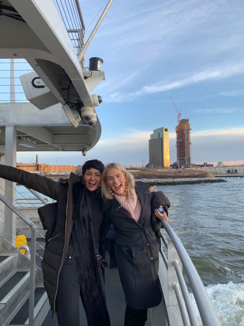 Ngày Lễ tình nhân 14/2, HHen Niê nhân chuyến công tác tại Mỹ đã cùng đại diện Mỹ tại Miss Universe 2018 - Sarah Rose Summer - cùng nhau khám phá thành phố New York.