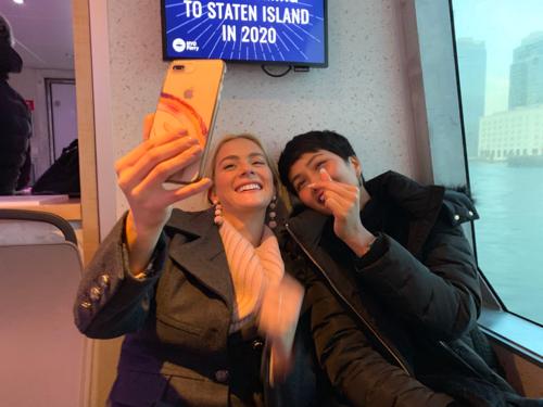 Trên tàu điện ngầm, cả hai cùng nhau gọi điện trò chuyện facetime với Hoa hậu Australia - Francesca Hung.