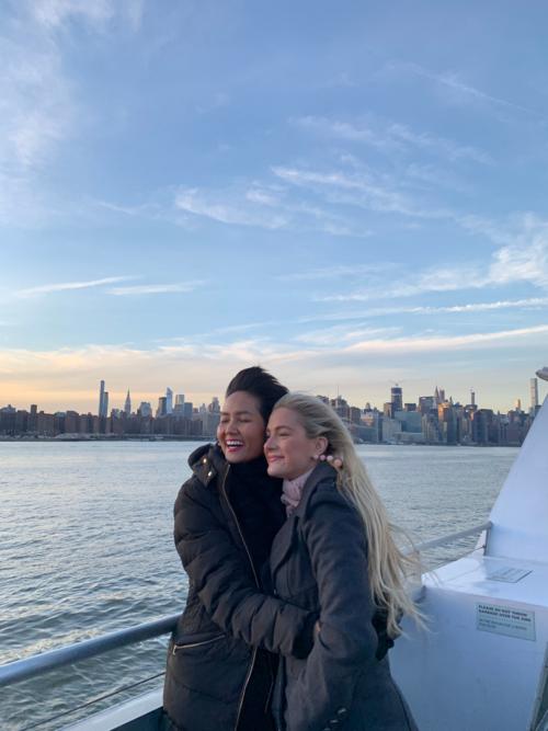 HHen Niê được Sarah dẫn đi ngắm hoàng hôn trên du thuyền.