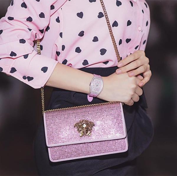 Trong tủ đồ hồng của Ngọc Trinh còn có những chiếc đồng hồ giá hơn 1 tỷ đồng đến từ những thương hiệu đình đám. Đây vốn là những món đồ rất hiếm và khó mua nhưng chân dài vẫn lùng bằng được cho thấy độ chịu chơi.