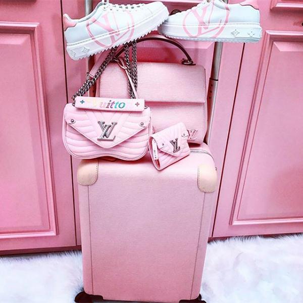 Người đẹp cũng phải tốn kém số tiền tương tự để rước về cả bộ túi xách, vali và giày hồng siêu kẹo ngọt của Louis Vuitton, giúp cô nàng dễ dàng mặc tông xuyệt tông khi ra sân bay.