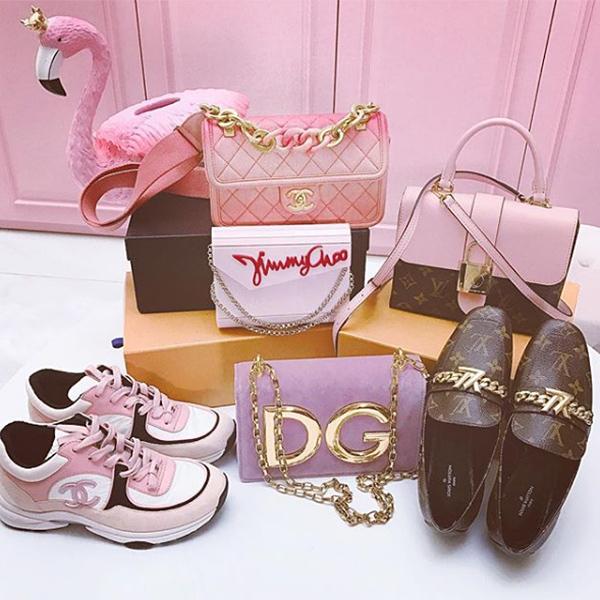 Trước Valentine ít ngày, Ngọc Trinh tự thưởng cho mình hàng loạt món đồ hiệu mới, đa phần trong đó đều có gam hồng cô yêu thích nhất. Một lần mua sắm nhẹ nhàng của người đẹp tốn hơn 200 triệu đồng cho 4 chiếc túi xách và hai đôi giày.