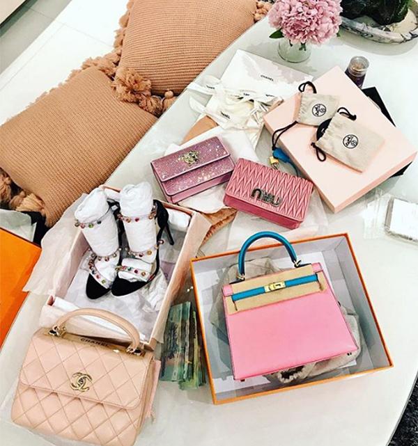 Nhiều lần khác Ngọc Trinh cũng sẵn sàng chi cả tỷ đồng để mua đủ kiểu túi xách màu hồng khác với nhiều sắc độ. Đắt giá nhất trong số đó phải kể đến những chiếc Hermes giá gần nửa tỷ đồng.