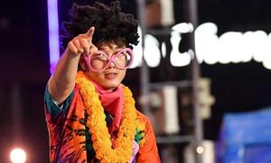 Xuân Trường mặc như nghệ sĩ hài trong đêm tiệc Buriram