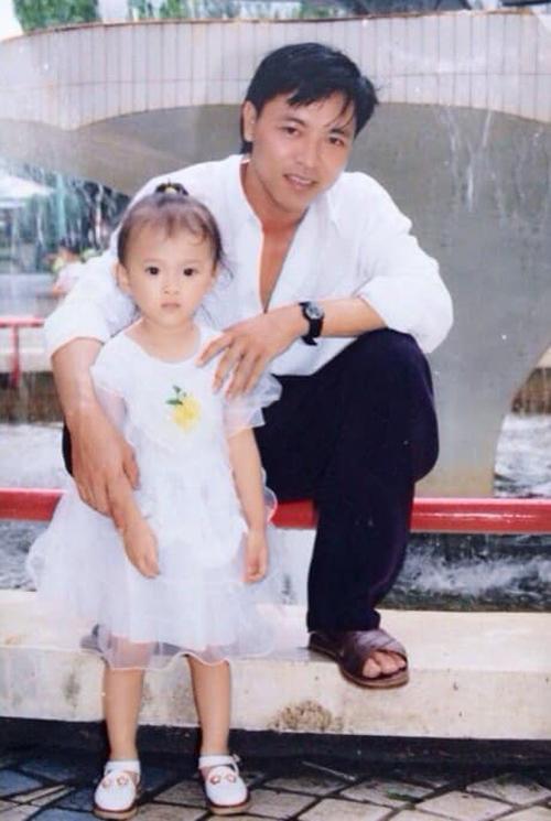Angela Phương Trinh trông rất đáng yêu trong bức ảnh chụp từ 20 năm trước cùng bố.
