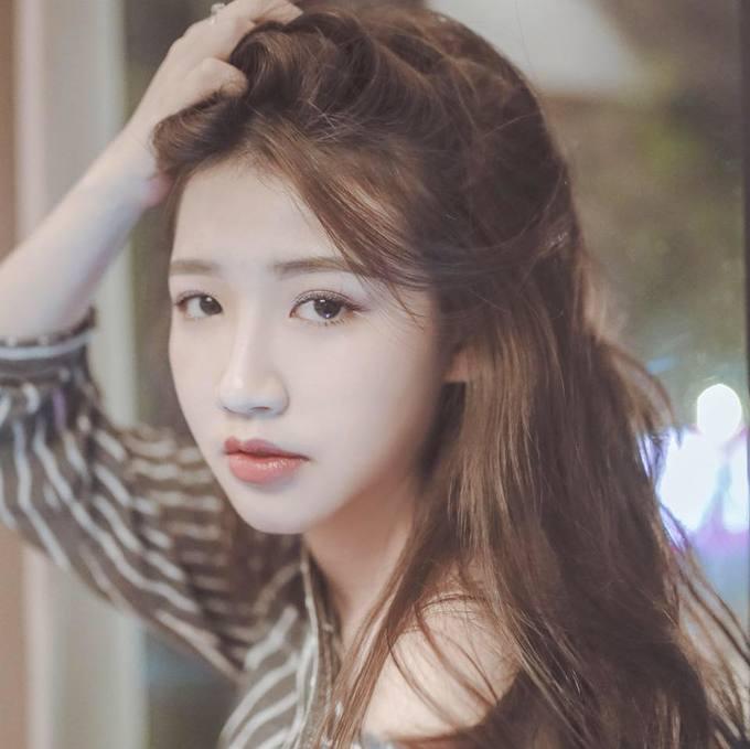 <p> Amee, tên thật là Trần Huyền My, 18 tuổi, được nhận xét có vẻ ngoài xinh xắn, dễ thương.</p>