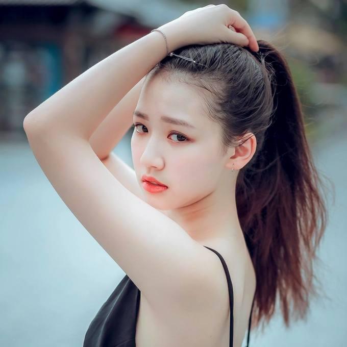 """<p> Trước đó, Emme đã xuất hiện trong MV """"Hongkong1"""" của Nguyễn Trọng Tài và nhận được nhiều phản hồi tích cực. Cô nàng từng tham gia diễn xuất và góp giọng vào MV mới của đàn anh cùng nhà - Monstar qua """"Nếu mai chia tay"""".</p>"""
