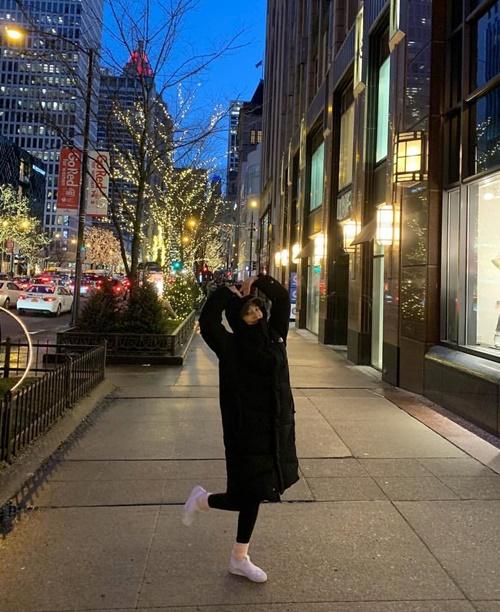 Sau concert ở Mỹ, Joy tranh thủ đi chơi dạo phố, tạo dáng trái tim xì tin.