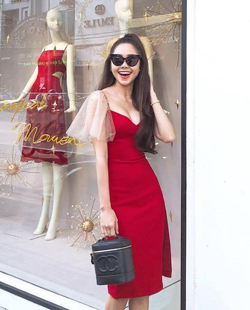 Bộ đầm được Tường Vy kết hợp cùng túi xách Chanel tôn lên vẻ sang chảnh khi dạo phố.
