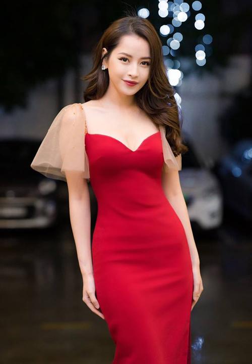 Váy giúp tôn lên đường cong gợi cảm của Chi Pu. Chi tiết cổ khoét sâu và tay xuyên thấu tạo cảm giác nửa kín nửa hở.
