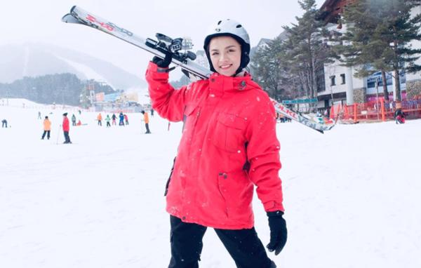 Thu Quỳnh hào hứng trong lần đầu được thử trượt tuyết.