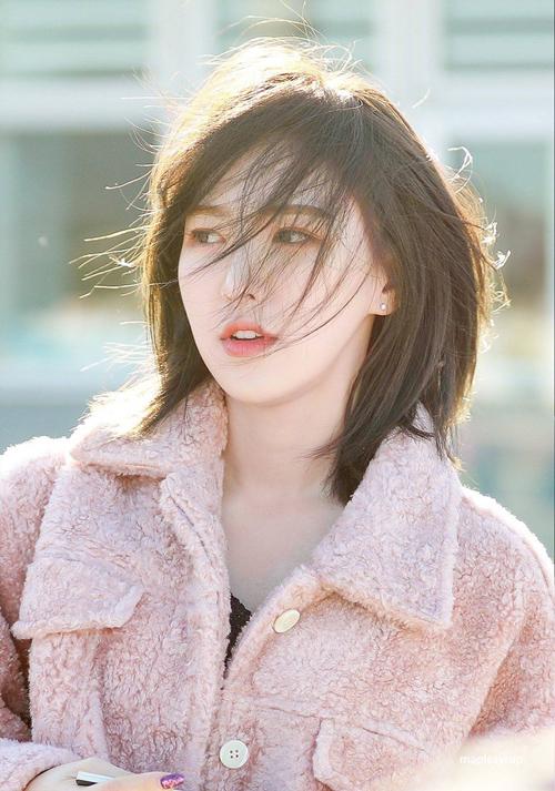 Là một trong 5 thành viên của girl group đình đám Red Velvet, nhưng giọng ca chính Wendy lại không gây ấn tượng mạnh như các thành viên khác, thậm chí nhiều lần cô nàng còn trở thành nạn nhân của cư dân mạng vì cân nặng của mình. Tuy nhiên, trong vài tháng trở lại Wendy đã lột xác trở thành một It girl chính hiệu khi kiểu tóc ngắn của cô nàng gây bão khắp cộng đồng mạng.