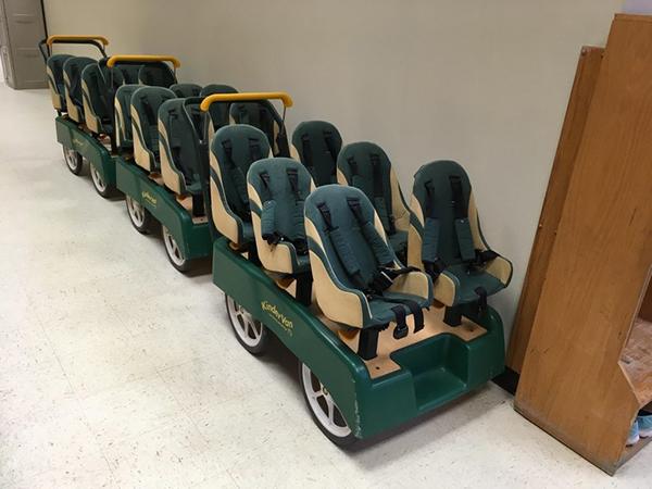 Những chiếc xe trở học sinh mẫu giáo nhằm giúp di chuyển nhanh hơn trong khuôn viên trường.