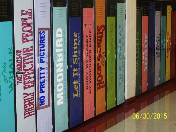 Tủ học sinh được dán hình gáy của những cuốn sách chỉ với mục đích khuyến khích tinh thần đọc sách của sinh viên.