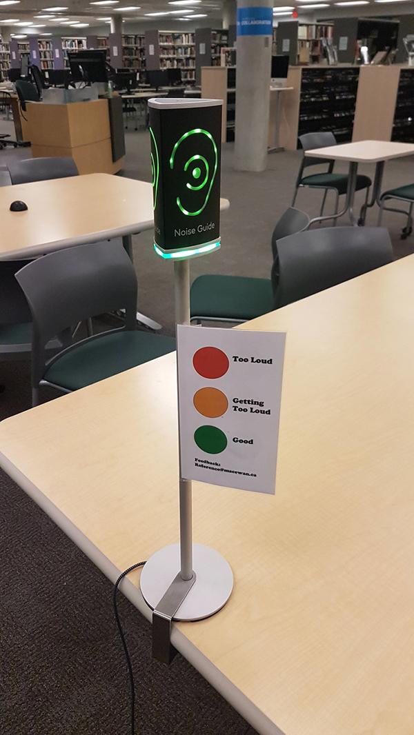 Thư viện được lắp đặt thiết bị cảm ứng đo tiếng ồn bởi nơi đây yêu cầu không gian yên tĩnh giúp người học tập trung cao độ.