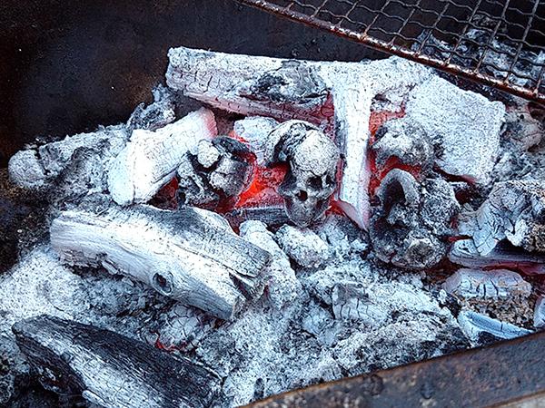 Bạn có dám nướng thịt từ than & sọ người? - 2