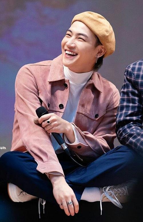 Anh chàng như biến thành người khác khi nở nụ cười. Nét lạnh lùng hoàn toàn biến mất, thay vào đó là một Jae Bum ngơ ngác, đáng yêu.