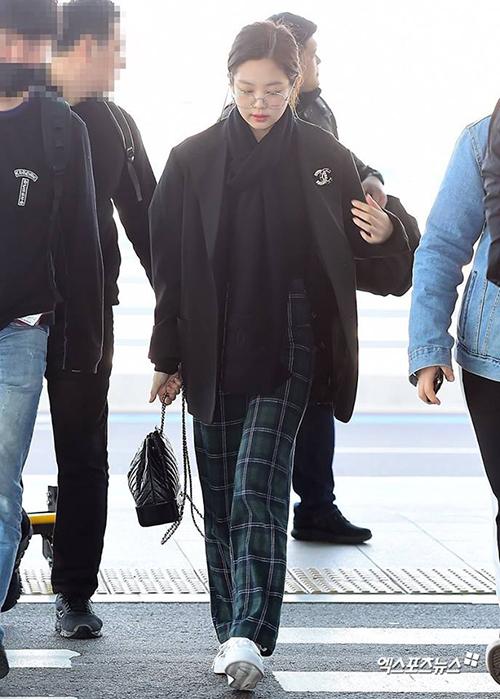 Chứng minh biệt danh Thánh Chanel sống, bên cạnh những bộ đồ được hãng gửi tặng, Jennie còn thường xuyên tự sắm đồ của Chanel và diện liên tục từ sân bay đến sự kiện.