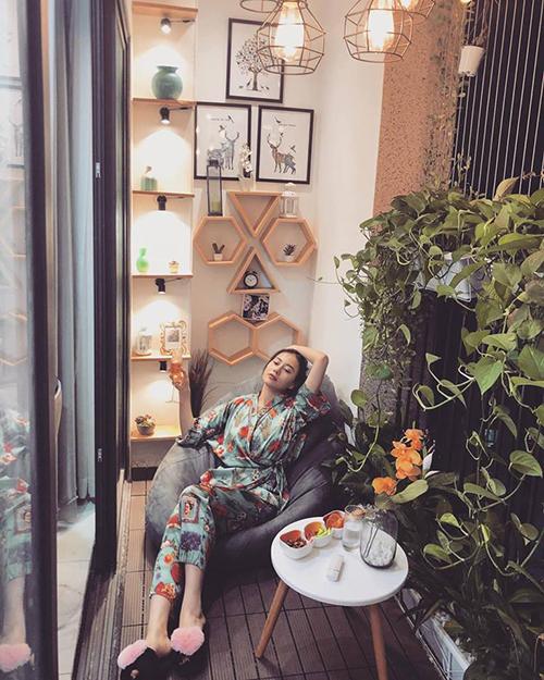 Phương Oanh được khen có gu thẩm mỹ tinh tế, đến cả ban công nhà cũng rấtxinh xắn và ấm cúng.