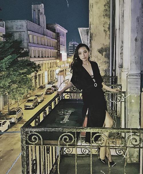 Băng Di diện váy áo lả lơi thả dáng giữa Sài Gòn về đêm.