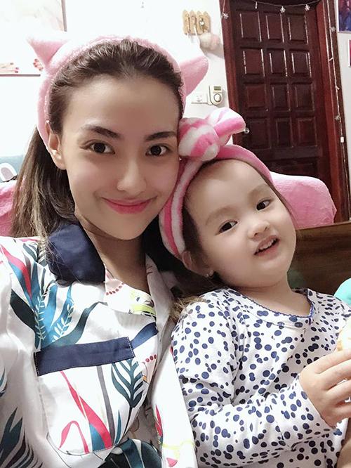 Hồng Quế khoe cô con gái ngày càng xinh xắn, kháu khỉnh.