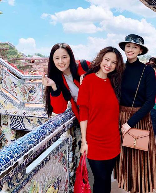 Bộ ba người đẹp Hà thành Mai Phương Thúy - Vân Hugo - Lã Thanh Huyền rủ nhau đi chùa dịp rằm tháng Giêng.
