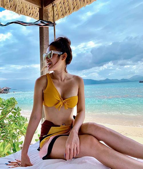 Phương Trinh Jolie diện bikini lạ mắt khoe vòng một đầy đặn.