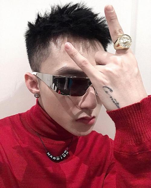 Kiểu tóc ngắn, cạo sát hai bên được đánh giá phù hợp với khuôn mặt nam tính, góc cạnh của Sơn Tùng.