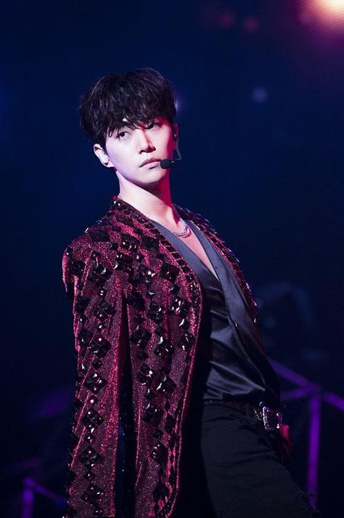 Jun Ho cũng sở hữu cặp mắt một mí và thần thái lạnh lùng, cool ngầu trên sân khấu. Nếu chỉ nhìn bề ngoài, nhiều người dễ lầm tưởng anh chàng khó gần.