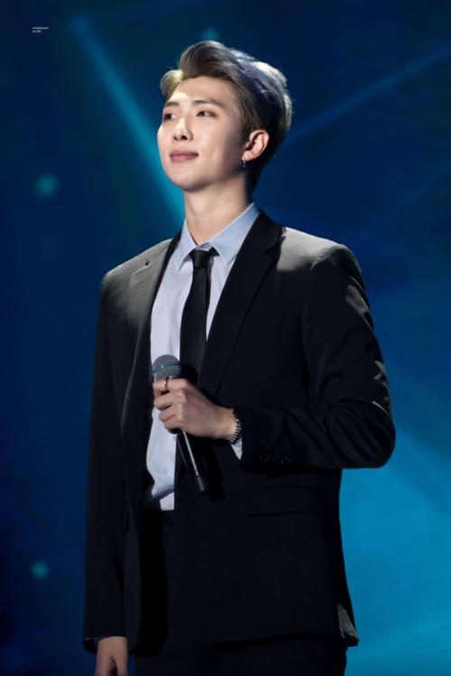 Bên cạnh tài năng về sáng tác, hát rapper, giao tiếp tiếng Anh thông thạo, RM còn được ví là bậc thầy ngôn ngữ khi những bài phát biểu của anh chàng luôn truyền cảm hứng mạnh mẽ đến công chúng.