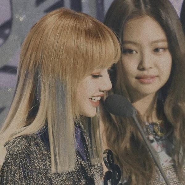 Jennie đang nhìn cả thế giới của cô ấy.