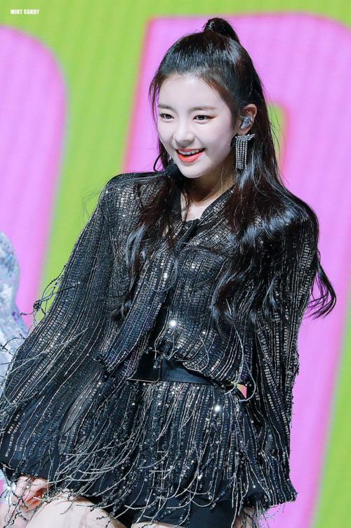 Netizen gọi Lia là thành viên ITZY dễ thương hơn mong đợi. Cô nàng có phong cáchsang chảnh trong những bức ảnh teaser, thế nhưng ngoài đời và trên sân khấu, Lia lại là cục moe, toát lên sức hút đáng yêu đúng chất nhà JYP.