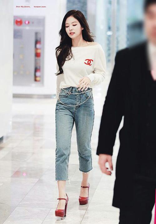 Những hình ảnh lý giải biệt danh Thánh sống Chanel của Jennie - 4