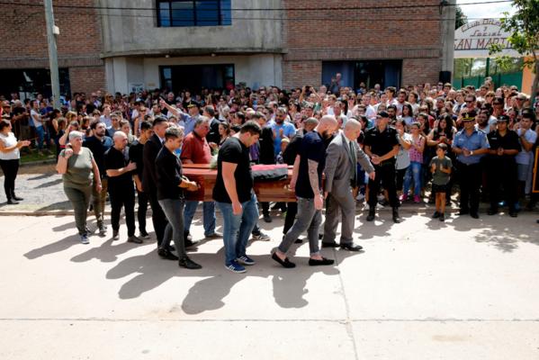 Hàng nghìn người hâm mộ khóc thương trong đám tang Emiliano Sala - 5
