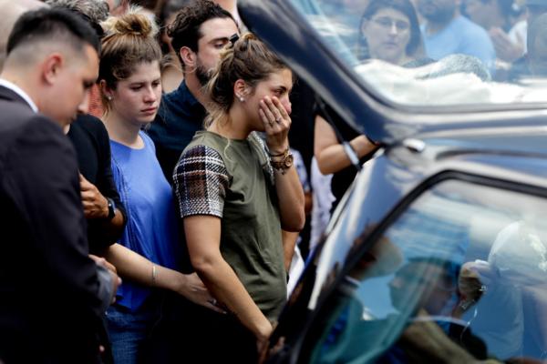 Hàng nghìn người hâm mộ khóc thương trong đám tang Emiliano Sala - 4