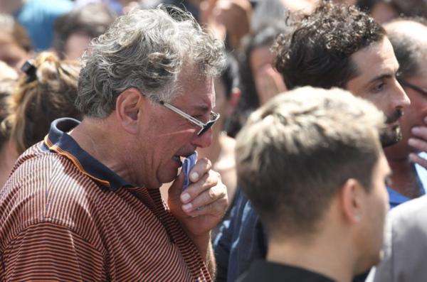 Ông Horacio, cha của Sala đau đớn trong lễ tang của con trai.