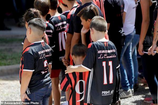 Hàng nghìn người hâm mộ khóc thương trong đám tang Emiliano Sala - 7