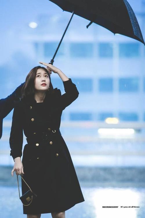Krystal toát lên thần thái sang chảnh như một quý cô CEO trẻ.