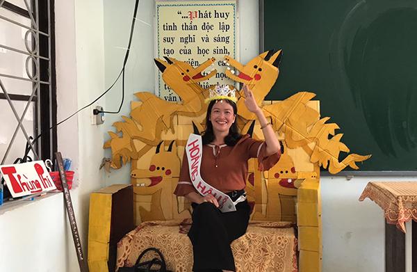 Học sinh Quảng Bình chế ghế giáo viên thành ngai vàng gây thích thú - 2