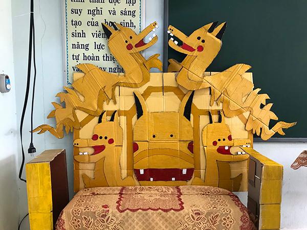 Học sinh Quảng Bình chế ghế giáo viên thành ngai vàng gây thích thú