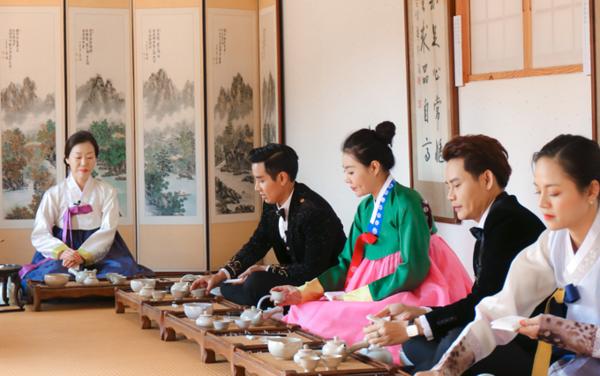 Thanh Hương cùng các nghệ sĩ cùng nhau tìm hiểu về nghệ thuật trà đạo, từ cách pha đến cách thưởng thức.
