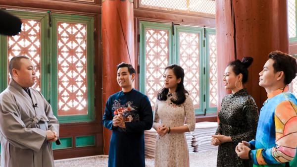 Các nghệ sĩ mặc trang phục áo dài truyền thống Việt để ghi hình dưới thời tiết -17 độ C tại ngôi đền Woljeongsa, tỉnh Gangwon.