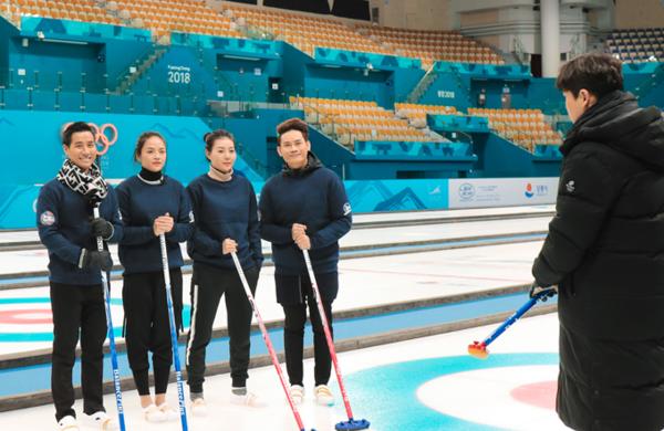 Họ cùng nhau đến khu tổ hợp thể thao Pyeongchang để trải nghiệm môn Curling, một trong những môn thi đấu của Olympic mùa đông.