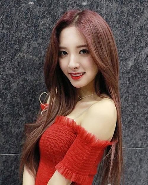 Bona là thành viên của Cosmic Girl nhưng từ khi debut, cô nàng không được coi trọng ở vị trí visual. Người nổi tiếng nhất nhóm lại là Cheng Xiao. Nhiều người tiếc nuối cho nhan sắc đảng nể của Bona nhưng không nhận được sự chú ý xứng đáng.