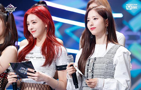 Trên sân khấu M Countdown, Yuna và Bona có dịp đứng cạnh nhau và khiến mọi người trầm trồ vì quá giống nhau, đến khí chất tiểu thư cũng tương tự. Netizen cho rằng cả hai idol đều xinh đẹp nhưng số phận lại quá khác nhau. Yuna dường như may mắn hơn nhờ debut ở công ty có tiếng, được đầu tư khủng còn Bona mãi không nhận được sự quan tâm xứng đáng.